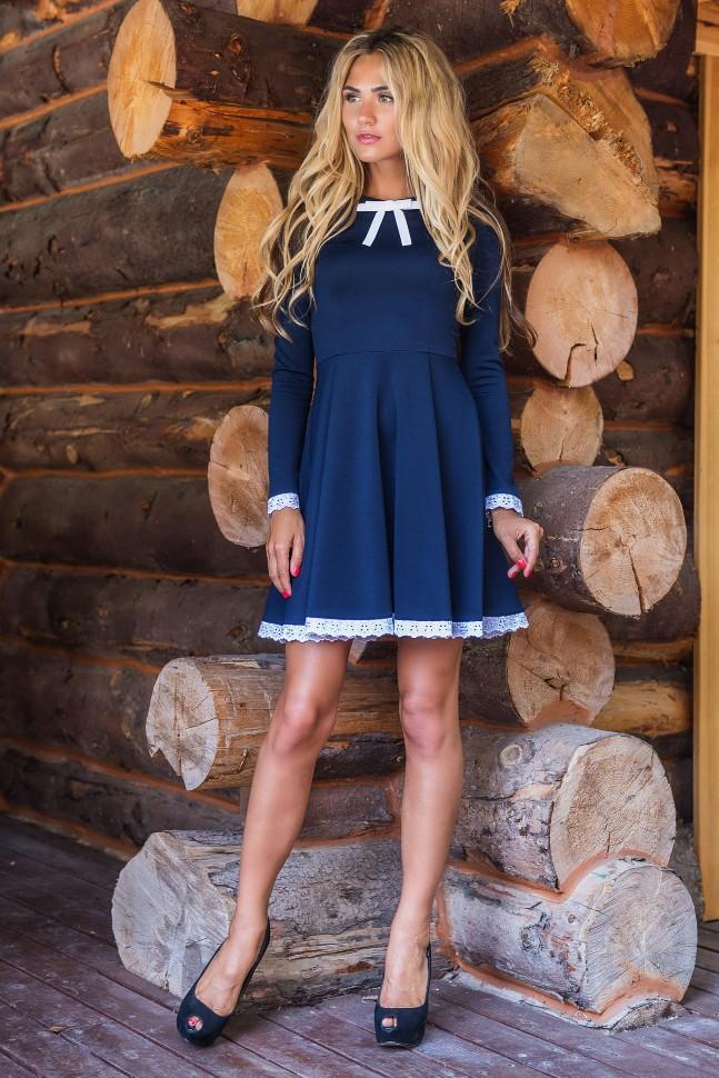 Синее платье с белым кружевом